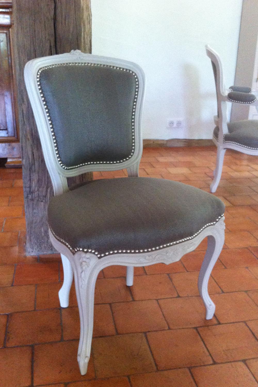 Ensemble de chaises et fauteuils de style louis XVI restauré et rénové par nos ateliers dans un esprit contemporain